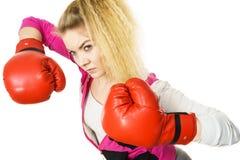 看起来严重的佩带的妇女的拳击手套 图库摄影