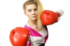 看起来严重的佩带的妇女的拳击手套 免版税库存图片