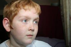看起来严重的年轻人的男孩 免版税图库摄影