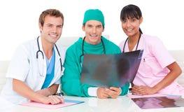 看起来医疗光芒微笑的小组x 免版税图库摄影