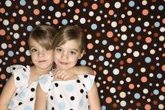 看起来双胞胎浏览器的白种人女孩 库存照片