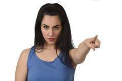 看起来可爱和恼怒的妇女严肃和生气指向与她的懊恼的手指 免版税库存照片