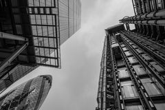 看起来向上陈列的照片伦敦大厦、` Cheesegrater `、威利斯大厦和Ghe Lloyds  免版税库存照片