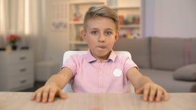 看起来在厨房用桌,糖点心上的激动的小男孩可口奶油蛋糕 影视素材