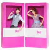 看起来在箱子的玩偶的男孩和女孩 库存照片