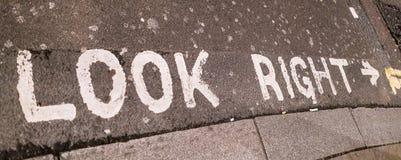 看起来在街道上的正确的文字 库存照片