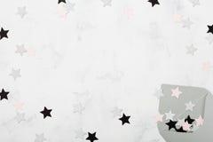看起来在运转的书桌上的葡萄酒被打开的信封有星装饰顶视图 邀请、假日或者党邮件概念 平的位置 免版税库存照片