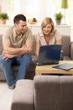 看起来夫妇的膝上型计算机新 免版税库存图片