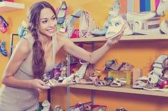 看起来妇女的画象混淆与两双鞋 库存图片