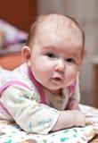 看起来婴孩照相机逗人喜爱的女孩垂&# 免版税库存图片