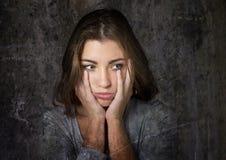 看起来年轻美丽和甜蓝眼睛的妇女难看的东西传神顶头画象哀伤和沮丧被毁坏在悲伤emoti 免版税库存照片
