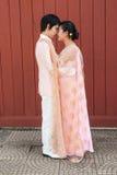 看起来幸福的泰国新郎逗人喜爱的新娘 库存照片