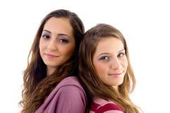 看起来微笑的十几岁的照相机朋友 免版税库存图片
