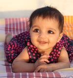 看起来微笑的浏览器的亚裔女婴 库存照片