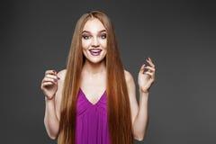 看起来快乐的女孩困惑 非常长的头发 概念模型 免版税库存图片