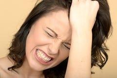 看起来恼怒的紧张的可爱的少妇注重 免版税库存图片