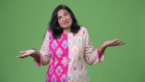 看起来成熟美丽的印地安的妇女耸肩和混淆 股票视频