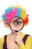 看起来扩大化的假发的女孩玻璃 免版税库存图片