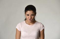 看起来拉丁恼怒和生气的妇女愤怒和疯狂喜怒无常在强烈的愤怒情感 免版税图库摄影