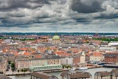 看起来新的歌剧地平线视图的哥本哈根房子 免版税库存图片