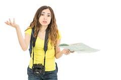 看起来旅游的妇女混淆由于地图 免版税库存照片