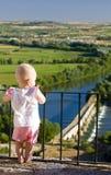 看起来桥梁的女孩罗马 免版税库存图片