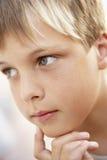 看起来沉思纵向的男孩 免版税库存照片