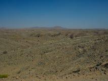 看起来火星表面场面的自然岩石沙漠谷全景风景视图有山和蓝天背景 库存照片