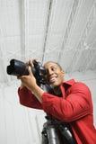 看起来男性年轻人的照相机 免版税库存图片