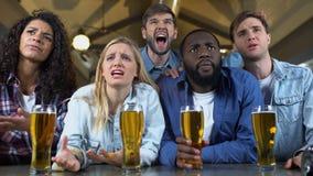 看起来的体育迷与啤酒杯的生气,坐的酒吧,国家队失败 影视素材