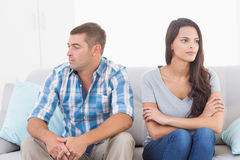 看起来的夫妇去,当坐沙发时 免版税库存图片