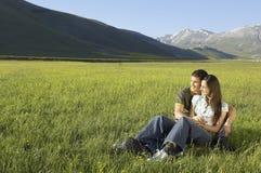看起来的夫妇去,当坐象草的领域时 库存照片