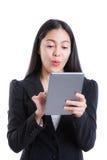看起来的女实业家确信使用数字式片剂 被隔绝的o 库存照片