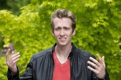 看起来的皮夹克的年轻人恼怒 免版税库存照片