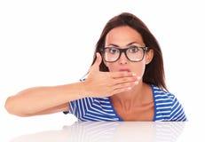 戴看起来的眼镜的迷人的夫人惊奇 库存照片