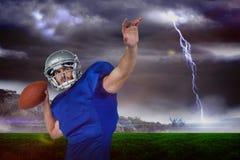 看起来的美国橄榄球运动员的综合图象去,当投掷球时 免版税图库摄影
