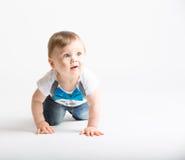 看起来的婴孩爬行和混淆 免版税库存照片