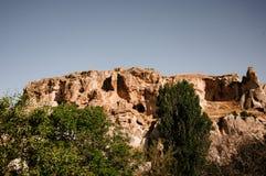 看起来蘑菇的岩石显著点燃由日落在卡帕多细亚,土耳其 免版税库存照片