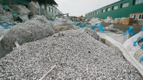 看起来象金属削片的大量的残骸在植物,将处理垃圾并且送它 影视素材