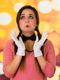 看起来逗人喜爱的女孩小丑的笑剧特写镜头画象哀伤 免版税库存照片