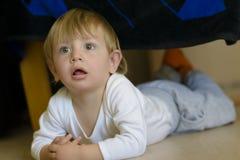 看起来逗人喜爱的婴孩好奇 免版税图库摄影