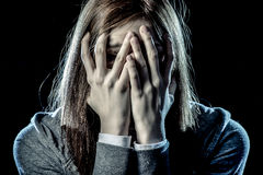 看起来重音和痛苦遭受的消沉的少年女孩哀伤和害怕的覆盖物她的面孔 库存图片