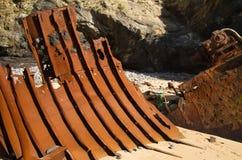看起来金属肋骨的被击毁的小船船身零件 免版税库存图片