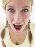 看起来震惊少年的女孩 免版税图库摄影