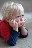看起来滑稽的小孩的孩子脾气坏或噘嘴 库存图片