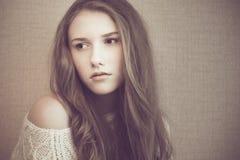 看起来年轻美丽的女孩哀伤和沉思 免版税库存照片