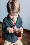 看起来年轻英俊的人愉快,当审阅钱包时 免版税库存图片