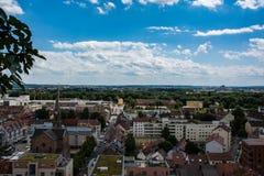 看起来去MÃ ¼ nster平的城市的Neu乌尔姆白天夏天风景 免版税库存图片
