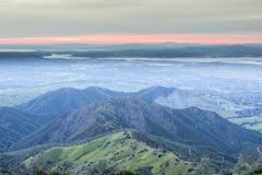 从看起来Mt蝙蝠鱼的山顶的日落西部 免版税图库摄影