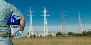看输电线的工程师 免版税库存照片